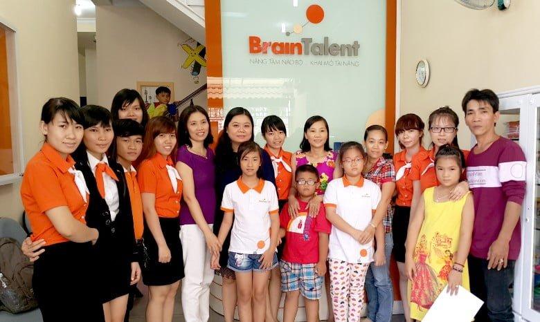 Đội ngũ nhân viên và phụ huynh của các bé ở BrainTalent