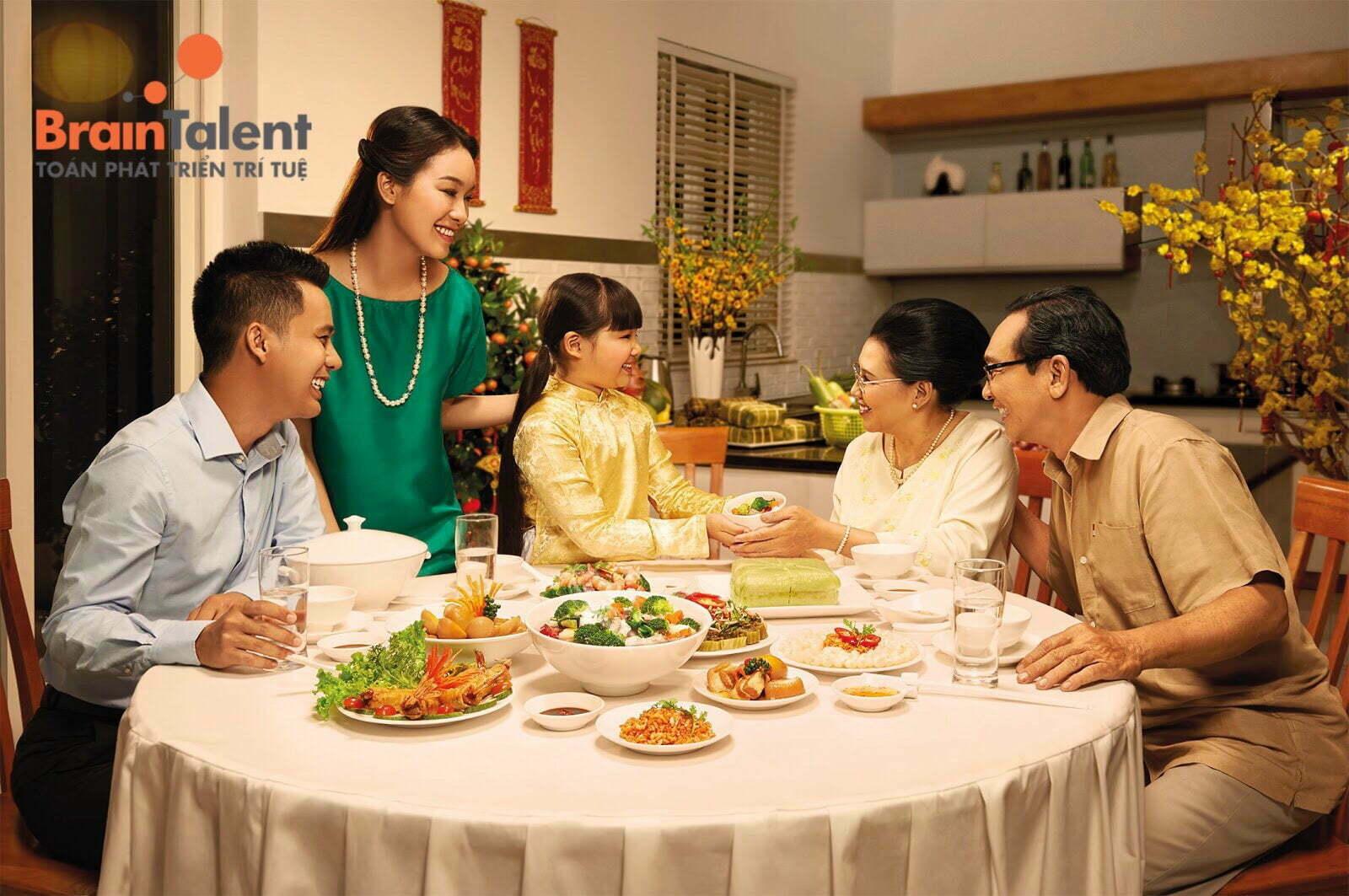 Bé 3 tuổi học gì? Chắc chắn không được bỏ sót thói quen mời người lớn ăn cơm. Đặc biệt là ông bà, cha mẹ.