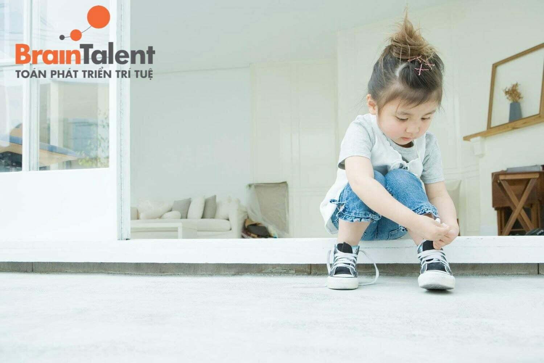 Để con tự phân biệt giày bên trái, bên phải, tự mang vào, mà không cần sự hỗ trợ từ bố mẹ