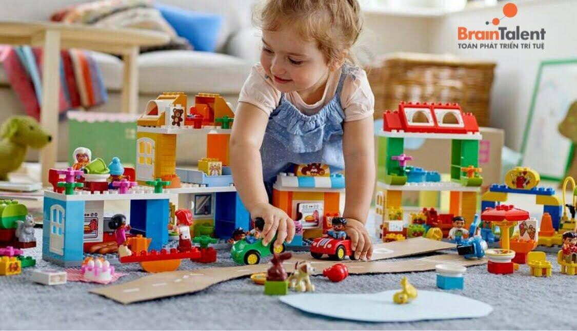 Cách giáo dục trẻ 3 tuổi hình thành thói quen tự dọn dẹp đồ chơi sau khi đã chơi xong. Điều này giúp trẻ hiểu được rằng, mọi thứ mình làm ra phải tự chính mình giải quyết nó, không phụ thuộc và ỷ lại.